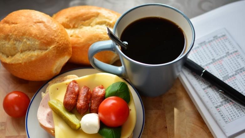 breakfast_snack_sandwich_cup_of_coffee_start_the_day_break_roll_sausage-1380586.jpg!d.jpg